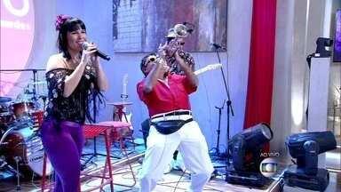 Tanga de Sereia canta 'Cada Qualidade de Homem' no palco do Encontro - Cantora encanta elenco de Além do Horizonte