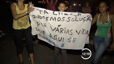 Moradores de Jacareí, SP, protestam queimando pneus em rodovia - Eles querem mais segurança em trecho da antiga D. Pedro. Polícia Rodoviária Estadual esteve no local para organizar o trânsito.