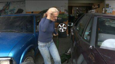 Ela já passou dos 60 anos e faz com prazer uma tarefa que muito homem reclama - Dona Eloá ganha a vida trocando pneus.