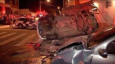 Após perseguição, carro é atingido, capota e destrói telhado no ES - Suspeitos fugiam da polícia em alta velocidade e provocaram colisão.Segundo a polícia, veículo era usado para cometer crimes na região.