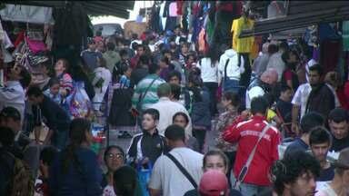 Movimento grande nas lojas do Paraguai na fronteira - A queda recente do dólar atraiu mais gente e a previsão é de 140 mil pessoas atravessem a fronteira hoje.