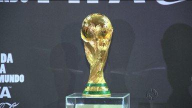 A Taça da Copa está em Curitiba! - Cerca de 3 mil pessoas que se cadastraram vão chegar pertinho do objeto desejado pelas Seleções