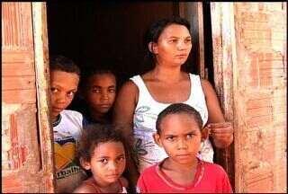 Família carente vive sem auxílio em Barbalha - Leusiane é mãe de quatro filhos e pede ajuda.