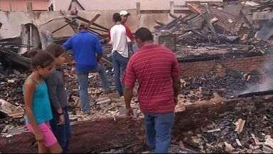 Corpos de vítimas de incêndio serão enterrados em Coronel Sapucaia (MS) - A data do enterro ainda não tem data para acontecer. O incêndio em uma conveniência matou seis pessoas