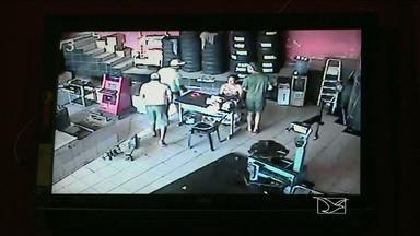 Em São Luís, bando leva R$ 20 mil de loja de serviços de manutenção de veículos - Na hora do assalto, vários clientes estavam na loja. As câmeras de segurança registraram a ação dos bandidos.