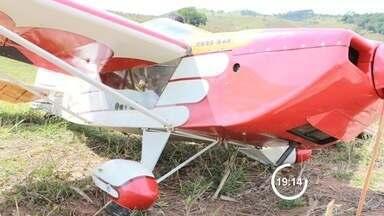 Aeronave faz pouso de emergência na zona rural de Lagoinha, SP - Piloto era o único ocupante do monomotor e não ficou ferido. Caso aconteceu na tarde deste sábado (3) no bairro Cantagalo.