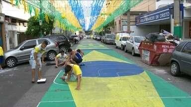 Ruas do Rio são decoradas para Copa do Mundo - Aos poucos,a cidade vai ganhando as cores verde e amarelo. Os moradores não perdem a tradição de decorar as ruas para a Copa do Mundo.