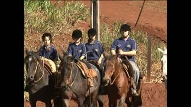 Equoterapia ajuda crianças que tem problemas de locomoção - É que andar a cavalo força o movimento, principalmente das pernas.