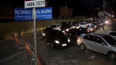 Bloqueio de cruzamento para obra de viadutos no Cocó gerou congestionamento - Ao longo de quase todo o sábado trânsito no trecho, até a Avenida Washington Soares, ficou lento; bloqueio segue até este domingo