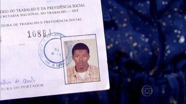Xande de Pilares mostra carteira de trabalho - 'Já carreguei até mudança'