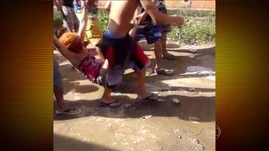 Polícia investiga linchamento de mulher no Guarujá (SP) - Será sepultada nesta terça-feira (6), no interior de São Paulo, o corpo da mulher que foi linchada por vizinhos que acreditavam que ela era sequestradora de crianças e tinha envolvimento com rituais de magia negra.