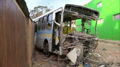 Ônibus desgovernado invade imóvel e passa por cima de moto no Sul de MG - O motoqueiro morreu e 15 passageiros do coletivo ficaram feridos em Santa Rita do Sapucaí.