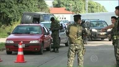 Militares combatem o narcotráfico na fronteira do Brasil com 10 países - Foram montadas blitz para fiscalizar carros, ônibus e caminhões. Operação Ágata é realizada em 710 cidades e vai cobrir uma distância de até 150 quilômetros a partir da fronteira. Documentos são verificados e veículos revistados.
