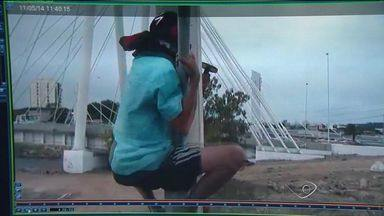 Homem sobe em poste e destrói câmera de segurança na capital do ES - Rapaz escalou um poste de quase sete metros de altura para destruir uma câmera de segurança da Prefeitura de Vitória. Ele foi encaminhado ao presídio de Viana.