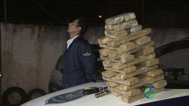 Homem é preso com pacotes de maconha durante a madrugada em Curitiba - De acordo com os guardas municipais que fizeram a prisão, ele chegou a oferecer dinheiro para ler liberado.