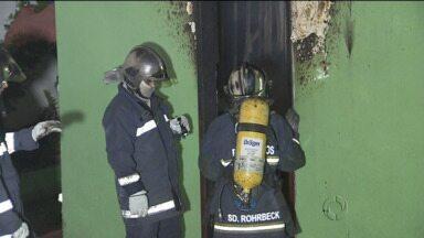 Incêndio mata três pessoas em Curitiba no bairro Tatuquara - Uma pessoa foi presa acusada de colocar fogo em casa foi preso.