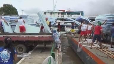 Balsa com ajuda humanitária chega a Parintins, no AM - Medida visa atender famílias atingidas pela cheia dos rios.