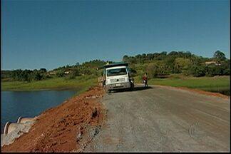 Estrada da Estiva em Mogi das Cruzes é reaberta para motoristas - A principal ligação entre o distrito de Taiaçupeba e a Rodovia Mogi-Bertioga é usada também por agricultores para o escoamento de mercadorias. A via estava fechada após um desmoronamento.