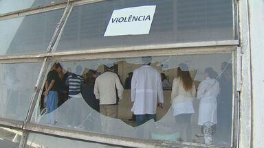 Confusão em unidade médica de Campinas termina com quatro pessoas detidas na segunda-feira - Na noite de segunda-feira (12), pacientes e familiares da Unidade de Pronto Atendimento (UPA) do Campo Grande se revoltaram e depredaram o posto de saúde. Por causa da confusão, a Polícia Militar foi acionada e deteve quatro pessoas.