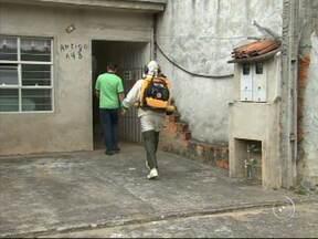 Trabalho de nebulização das casas ajuda na prevenção contra a dengue - Maio é considerado pelas autoridades em vigilância sanitária o mês com o maior número de casos de dengue. Para evitar que esses números sejam ampliados, as equipes de zoonoses continuam nas ruas fazendo o trabalho de nebulização das casas.
