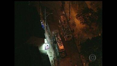 Dois ônibus são incendiados em Honório Gurgel - A ação aconteceu depois que três homens foram assassinados no bairro vizinho de Marechal Hermes.