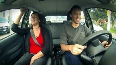 Mãe ajuda motorista de 1ª viagem - O jovem, de 18 anos, reclamam quando a mãe dá bronca. Ela reclama do excesso de velocidade e de quando o filho freia em cima de outro veículo.
