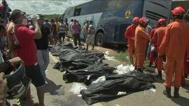 Acidente com ônibus mata 18 pessoas no estado do Ceará - Em Canindé, no estado do Ceará, um ônibus lotado se envolveu em um acidente grave em uma rodovia da região. Dezoito pessoas morreram. Quinze passageiros ficaram feridos.