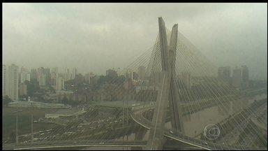 Áreas de instabilidade explicam chuva de granizo em São Paulo - A chuva de granizo que cobriu a capital de São Paulo de pedras é explicada por áreas de instabilidade que vieram do Sul e Centro-Oeste, que cresceram e atingiram camadas mais altas da atmosfera.