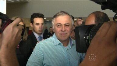 Ministro do STF volta atrás e deixa na cadeia 11 presos da Operação Lava Jato - O ministro Teori Zavascki, do Supremo Tribunal Federal, reviu a decisão e manteve na cadeia 11 presos da Operação Lava Jato. Apenas o ex-diretor da Petrobras, Paulo Roberto Costa, acabou sendo libertado.