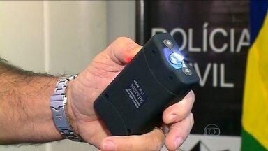 Bandidos usam armas de choque durante assaltos - Bandidos estão usando armas de choque para ameaçar as vítimas durante os assaltos. O aparelho pode dar choque até oito mil volts.