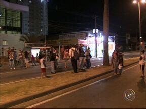 Manifestação interdita avenida General Carneiro em Sorocaba - Manifestantes bloquearam por mais de uma hora as duas pistas da Avenida General Carneiro, em frente ao Pronto Atendimento da Zona Oeste, na noite desta terça-feira (20), em Sorocaba (SP).