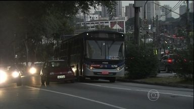 Bem Estar mostra situação de greve em SP - Motoristas param cerca de 30 ônibus em via na Zona Oeste da capital paulista no 2º dia de greve.