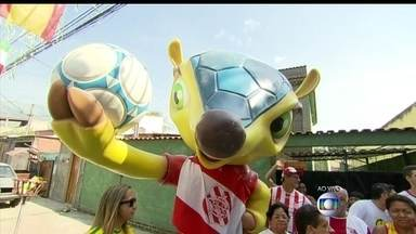 Fuleco gigante dá as boas vindas para a Copa do Mundo - Moradores de ruas no bairro da Glória e no Catete enfeitam até escadarias para a Copa do Mundo. Em Bangu, um Fuleco de três metros foi confeccionado para homenagear o Mundial.