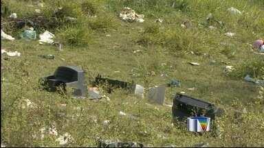 Terrenos abandonados em Taubaté, SP, estão sendo usados como depósito de lixo - Prefeitura de Taubaté admite que existem 75 pontos irregulares de descarte de entulho na cidade.