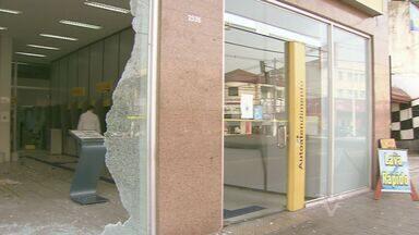 Agência bancária é alvo de criminosos em Cubatão, SP - Bandidos foram surpreendidos por policiais