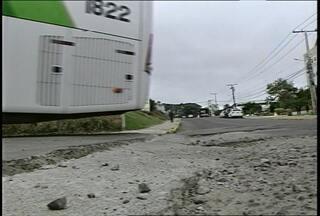 Buracos nas ruas atrapalham o serviço de transporte público em Santa Maria (RS) - Os buracos dificultam o trânsito de ônibus no acesso à Rodoviária de Santa Maria, na rua Pedro Santini.