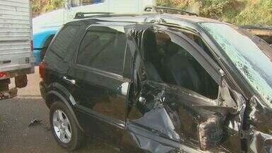 Homem rouba carro e bate em outros três veículos durante fuga em Sumaré, SP - Um roubo a veículos na manhã desta quinta-feira (22) terminou em uma sequência de acidentes. Durante a fuga os suspeitos bateram em dois carros e um caminhão. Um foi preso em flagrante, o outro está foragido.