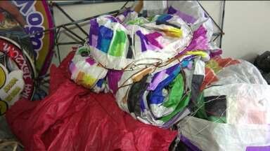 Quatro pessoas são presas por soltar balões - Os presos vão ser multados e responder processo por crime ambiental. Cinco balões foram apreendidos.