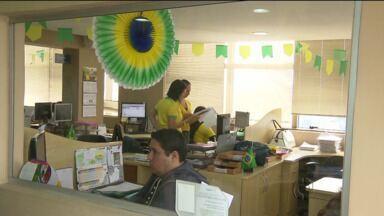 Empresa de comércio exterior aposta no verde e amarelo - Decoração com as cores do Brasil põe escritório em clima de Copa do Mundo.