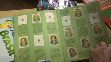Morador de Cascavel coleciona figurinhas da seleção do Brasil de vários mundiais - Seu João guarda raridades, como o álbum da Copa de 1958