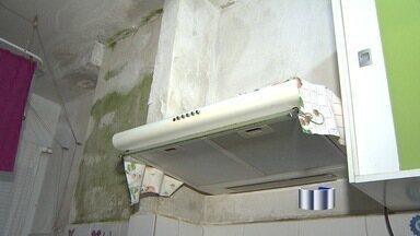 Moradores de condomínio em São José dos Campos, SP, reclamam de vazamento - Apartamentos no condomínio Mirante 1, no Santa Inês 2, na zona leste, tem paredes manchadas, água pingando no chão e mau cheiro.