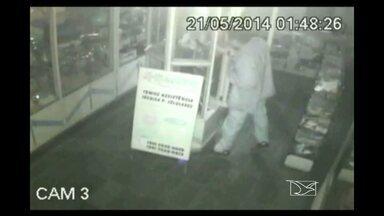 Câmeras de segurança de loja em Açailandia flagraram homem roubando 10 mil reais - Homem roubou 10 mil reais em mercadoria.