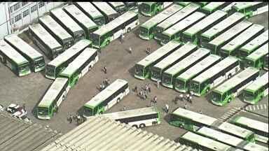 Motoristas e cobradores decidem manter paralisação em SP - É o terceiro dia de sufoco para os passageiros de ônibus em São Paulo. Milhares de pessoas voltaram a enfrentar problemas para chegar ao trabalho.
