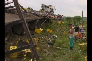 Carreta capota e deixa uma pessoa morta na BR-230 na Paraíba - O motorista perdeu o controle do carro que capotou. O veículo estava com uma carga de garrafas vazias.