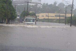 Salvador registra pontos de alagamento após uma quinta-feira de chuvas - Alagamentos também ajudaram a aumentar os engarrafamentos na cidade.