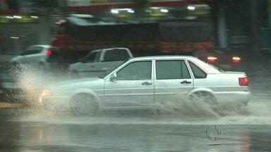 O tempo fechou essa tarde em Maringá - E a chuva veio com vontade, alagou ruas e pegou muita gente de surpresa