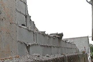 Dois operários ficam feridos após acidente em obra no Jardim Medina em Poá - O acidente ocorreu após dois muros e parte de um outro desabarem nesta quinta-feira (22).