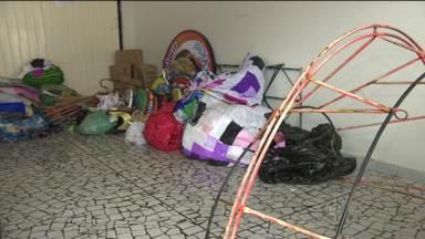 Polícia Ambiental prende 4 pessoas que preparavam balões - Soltar balões é crime, com pena de 1 a 3 anos de prisão.
