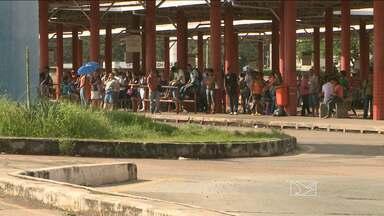 Quem precisou pegar ônibus hoje em São Luís teve que ter muita paciência - Com a frota reduzida por causa da greve dos rodoviários, os coletivos demoraram a passar e quando chegavam às paradas e terminais, já estavam lotados.