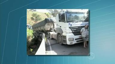 Carreta tomba e trânsito fica interditado na rodovia BR-354, em Engenheiro Passos, RJ - Acidente aconteceu na noite de quarta-feira (21) em uma ponte no km 15. Guindaste fará a remoção do veículo, diz Polícia Rodoviária Federal.